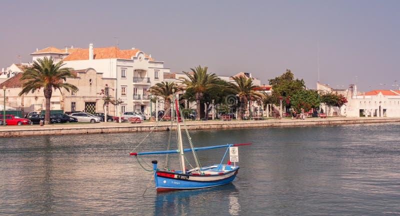 Barco no canal de Tavira imagem de stock