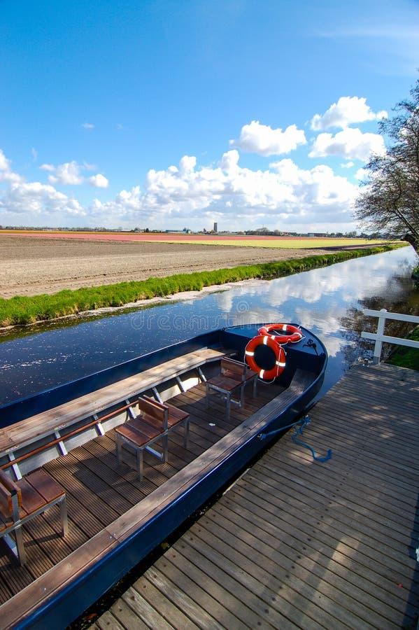 Barco no canal em torno de Keukenhof fotografia de stock royalty free