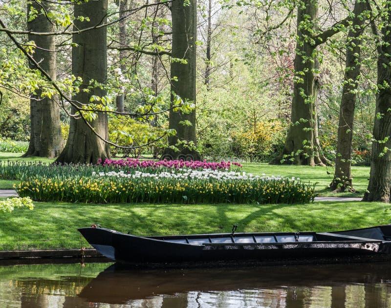 Barco no canal no Keukenhof imagens de stock royalty free