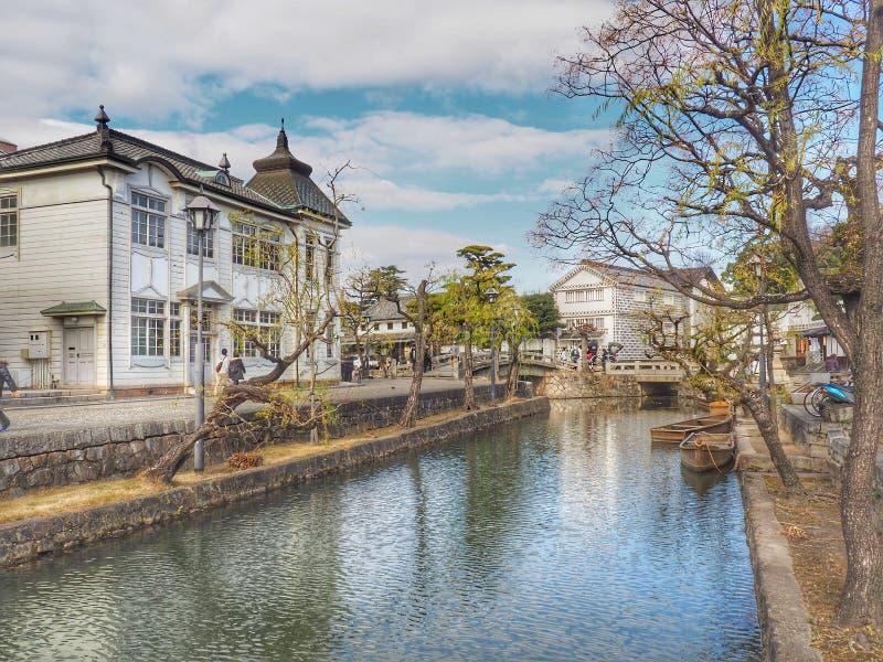 Barco no canal velho de Kurashiki, Okayama, Japão fotografia de stock