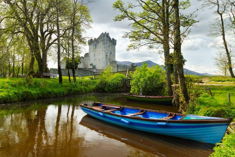 Barco no castelo de Ross no Kerry do Co. foto de stock royalty free