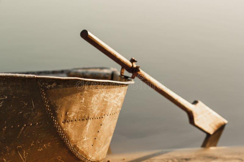 Barco no barco do por do sol com remos fotos de stock