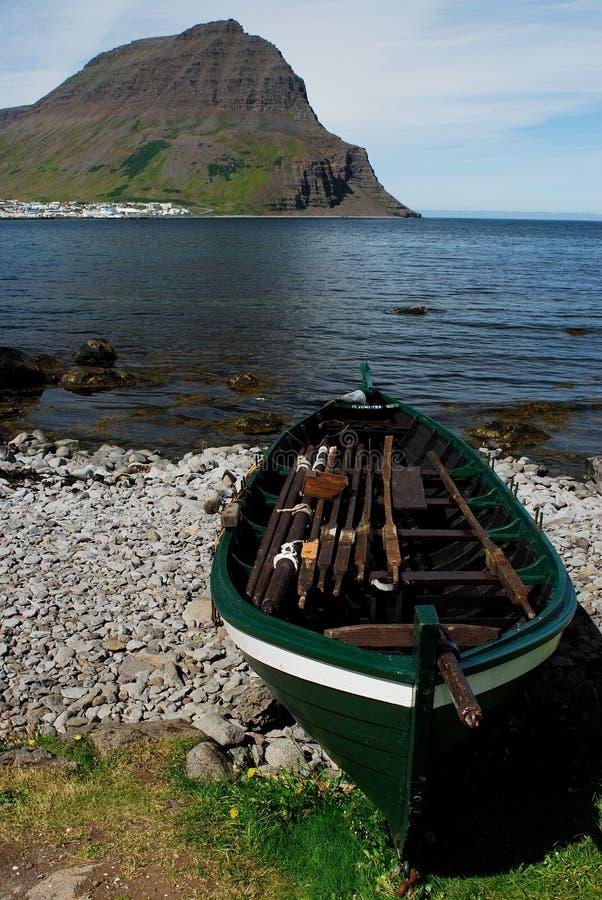 Barco no fiorde de Isafjardardjup, Westfjord, Islândia foto de stock royalty free