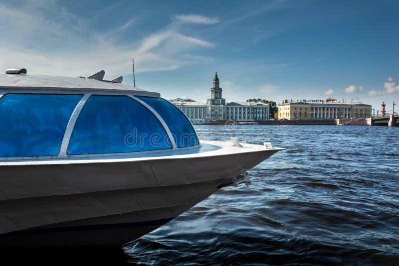 Barco no fundo da construção do Kunstkamera imagens de stock