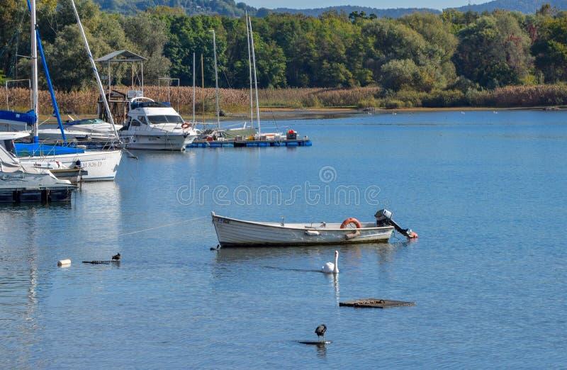 Barco no lago, Angera VA imagens de stock