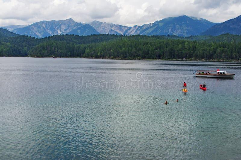 Barco no lago Eibsee da montanha fotografia de stock