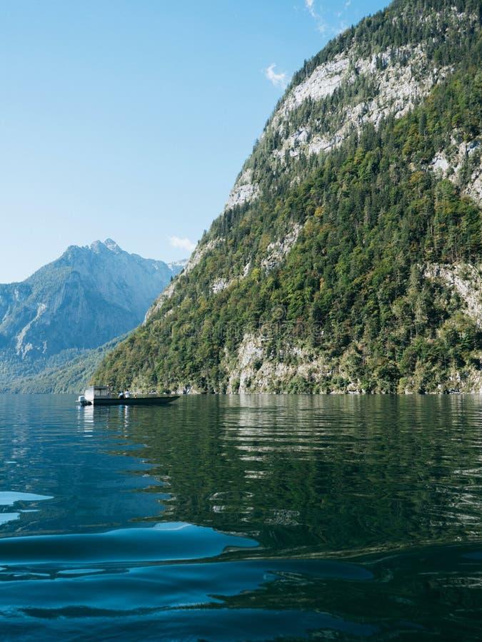 Barco no lago em montanhas alpinas fotos de stock