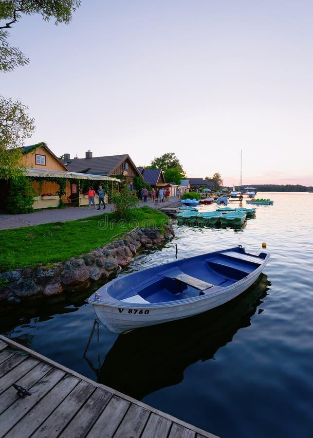 Barco no lago Galve em Trakai no por do sol foto de stock