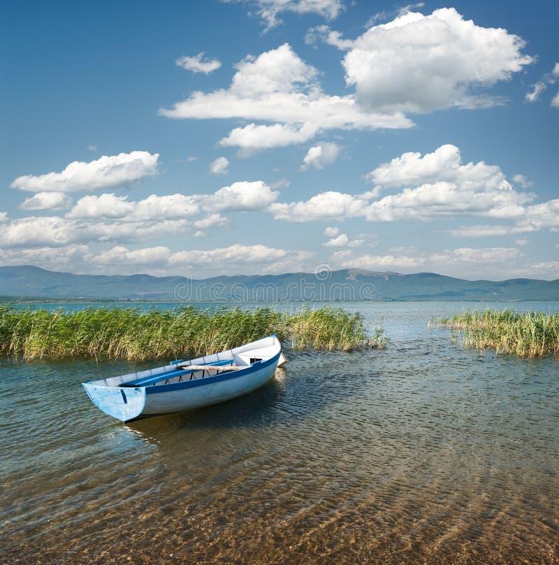 Barco no lago Prespa fotos de stock royalty free