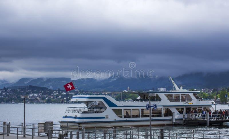 Barco no lago zurich cais fotos de stock