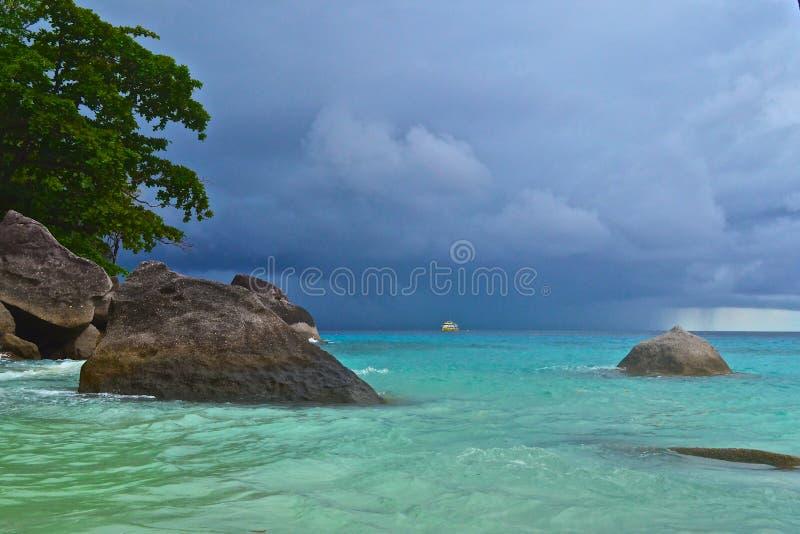 Barco no mar antes da tempestade fotos de stock