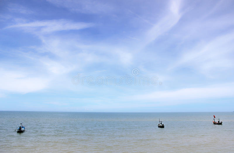 Barco no mar azul imagens de stock royalty free
