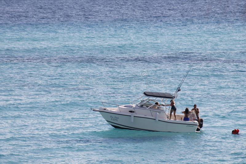 Barco no mar de turquesa em Isla Mujeres imagens de stock