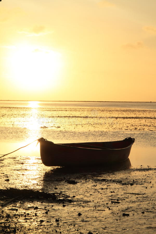 Barco no mar do por do sol imagens de stock