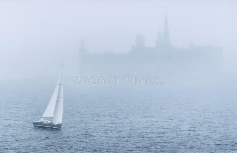 Barco no mar na névoa imagens de stock