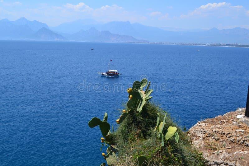 Barco no mar próximo da cidade Antalia imagem de stock royalty free