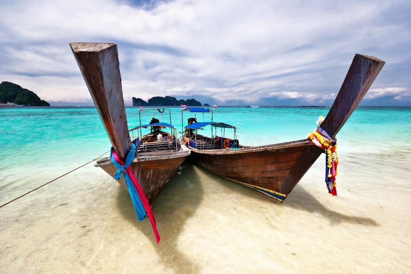 Barco no mar tropical. foto de stock royalty free