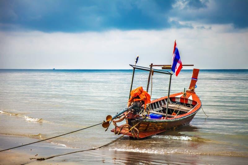 Barco no mar tropical tailândia imagens de stock royalty free