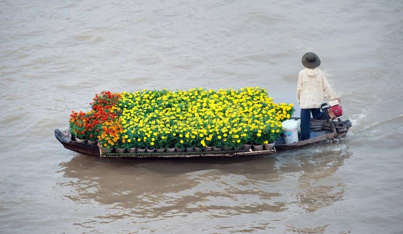 Barco no mercado de flutuação tradicional imagem de stock