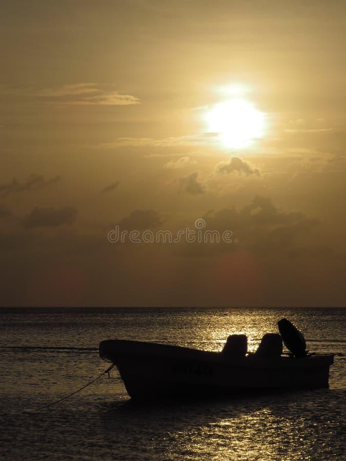 Barco no por do sol fotografia de stock royalty free