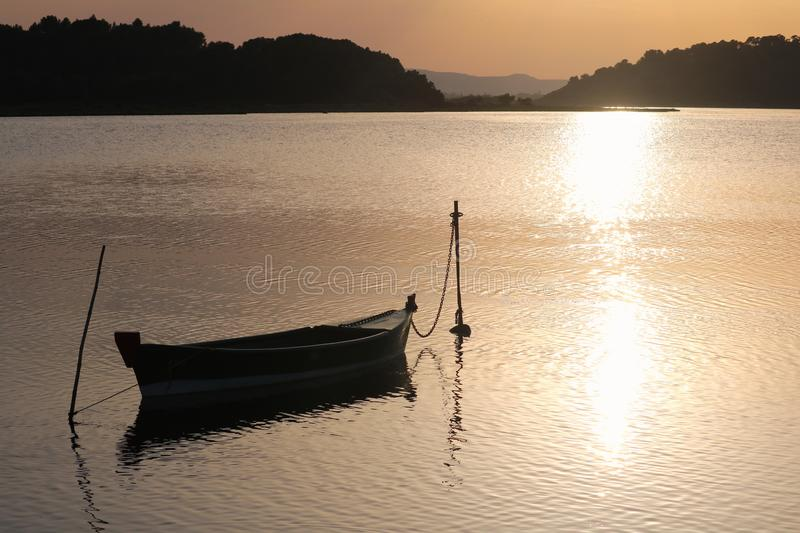 Barco no por do sol fotografia de stock royalty free