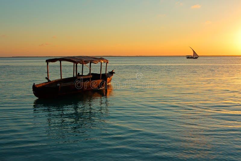 Barco no por do sol - Zanzibar fotos de stock