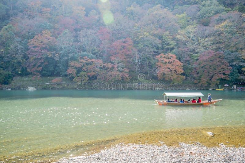 Barco no rio Arashiyama japão imagens de stock