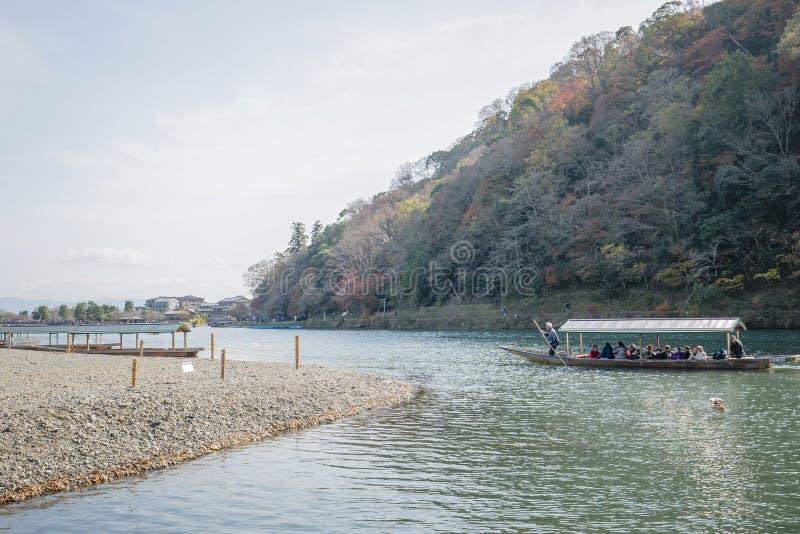 Barco no rio Arashiyama japão fotografia de stock royalty free