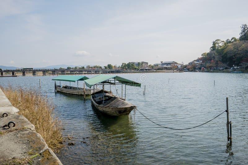 Barco no rio Arashiyama japão foto de stock