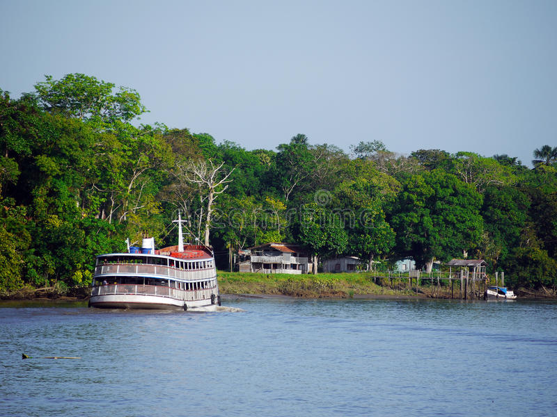 Barco no rio de Amazon imagens de stock