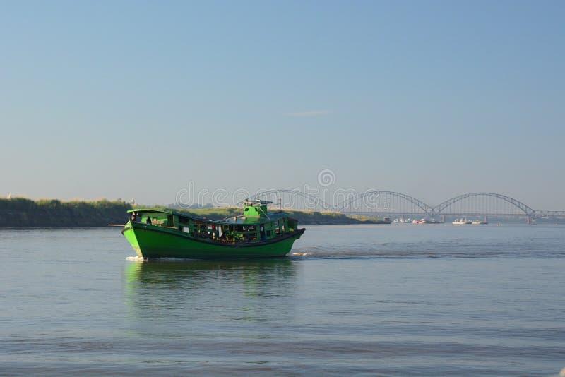 Barco no rio de Irrawaddy Sagaing myanmar imagem de stock royalty free