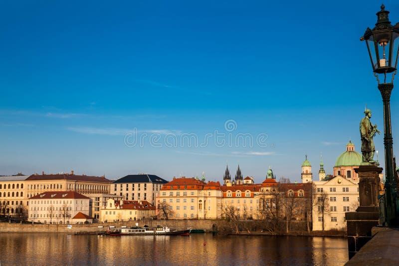 Barco no rio de Vltava no por do sol em Praga vista de Charles Bridge imagens de stock royalty free