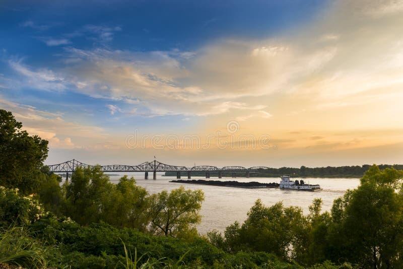 Barco no rio Mississípi perto da ponte de Vicksburg em Vicksburg, Mississipp fotografia de stock