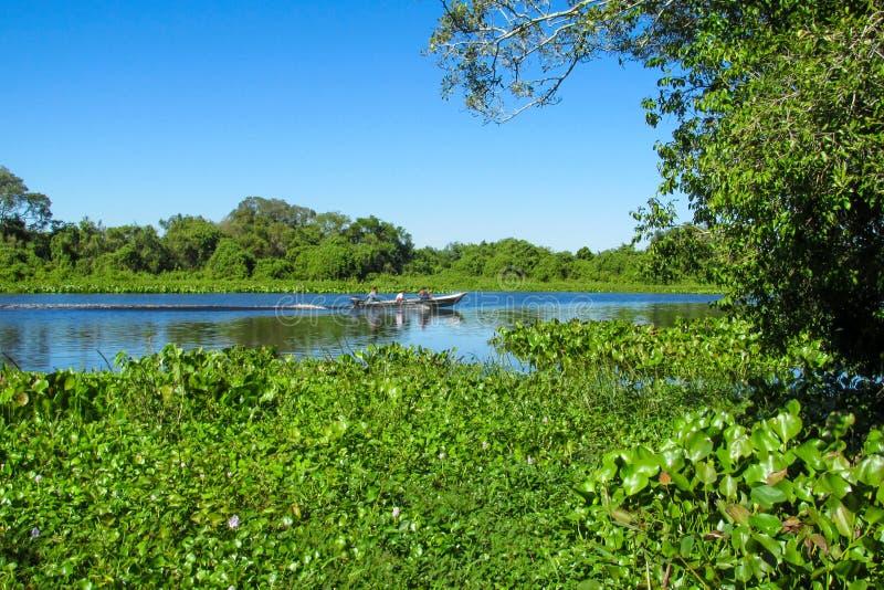 Barco no rio Uruguai da água azul em Brasil imagens de stock royalty free