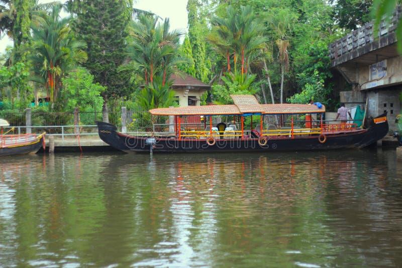 Barco no turismo de Kerala do rio imagem de stock
