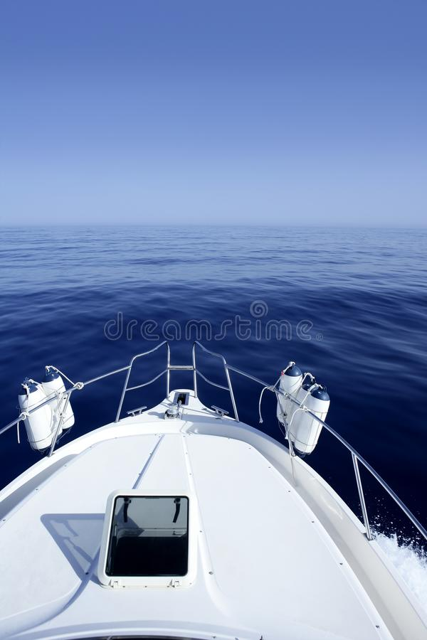 Barco no yachting azul do mar Mediterrâneo imagem de stock royalty free