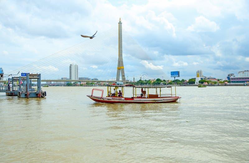 Barco para el turista que cruza el río el sábado imagen de archivo