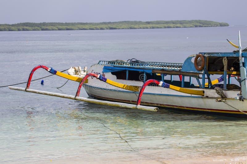 Barco para los turistas, Nusa Penida, Indonesia del eje de balancín imagen de archivo