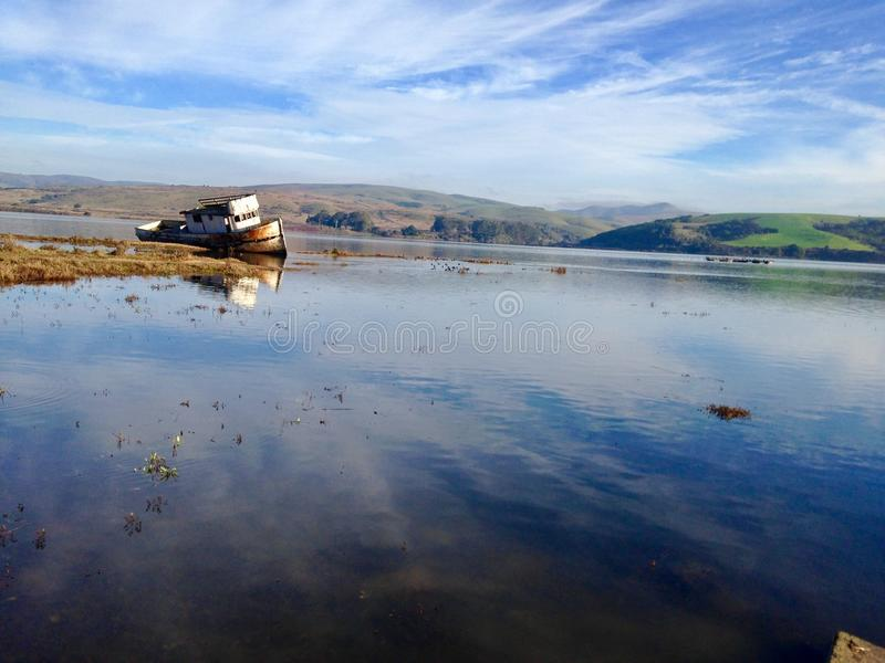 Barco pegado en agua foto de archivo libre de regalías