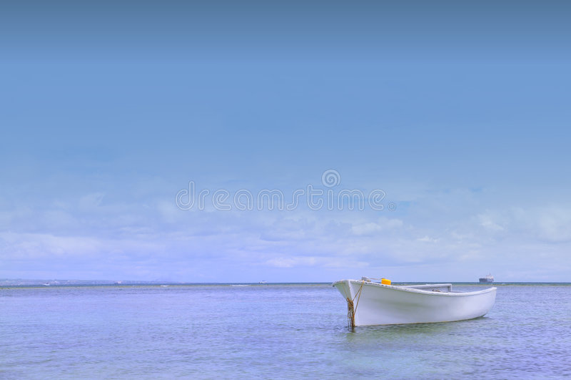 Barco pelo mar foto de stock royalty free