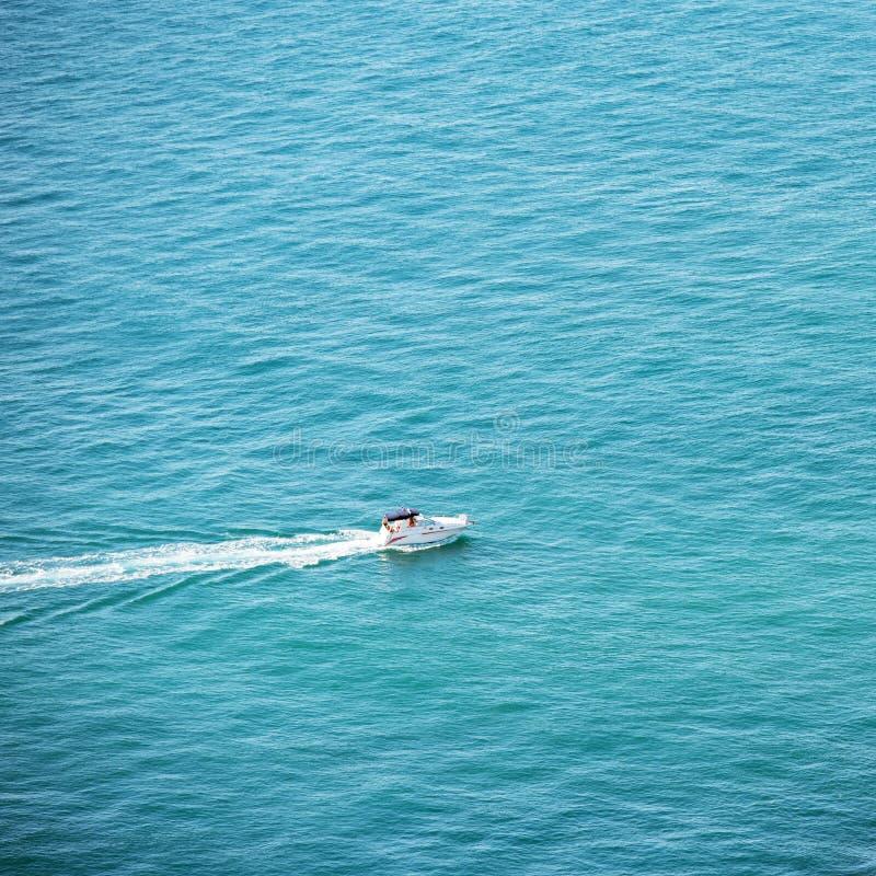 Barco pequeno branco no oceano foto de stock