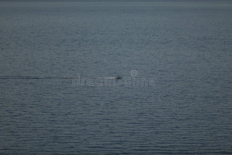 Barco pequeno do lançamento com os povos no mar, 4 a 3 proporções fotos de stock