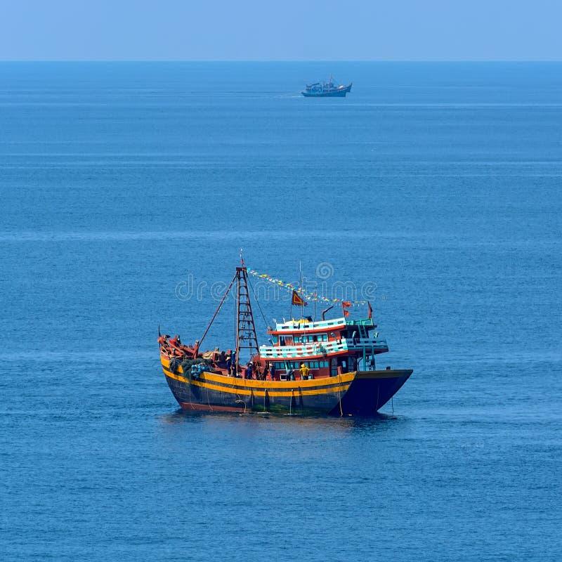 Barco pesquero del motor moderno vietnamita del estilo foto de archivo libre de regalías