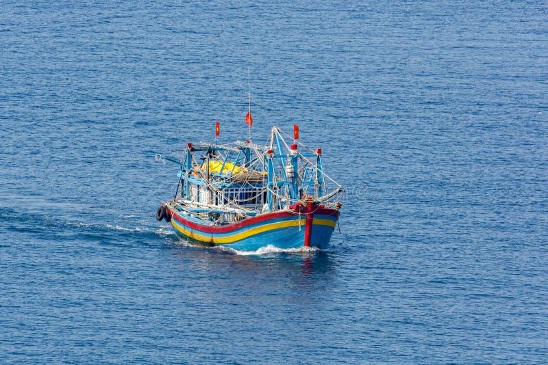 Barco pesquero del motor moderno vietnamita del estilo foto de archivo