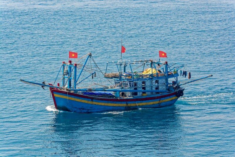Barco pesquero del motor moderno vietnamita del estilo fotos de archivo libres de regalías