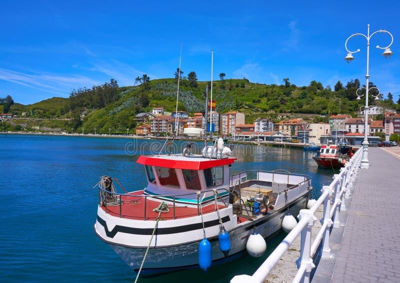 Barco pesquero del puerto de Ribadesella en Asturias España imágenes de archivo libres de regalías