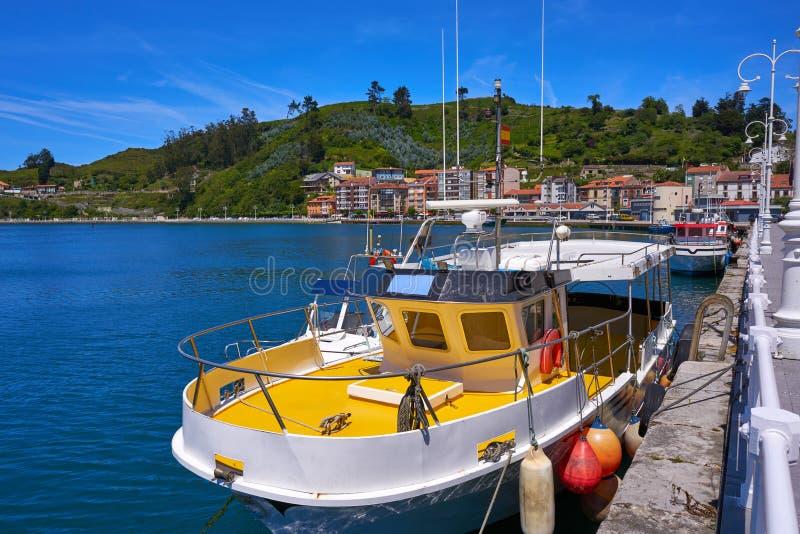 Barco pesquero del puerto de Ribadesella en Asturias España fotos de archivo libres de regalías