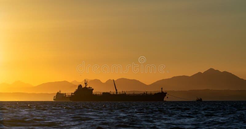Barco petrolero en el océano Cielo de sol Temprano en la mañana, el amanecer Sudáfrica Bahía de Mossel imagenes de archivo