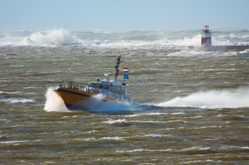 Barco piloto em uma tempestade imagem de stock royalty free