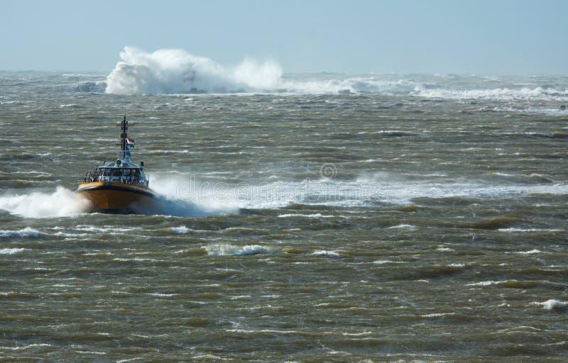 Barco piloto em uma tempestade fotografia de stock royalty free